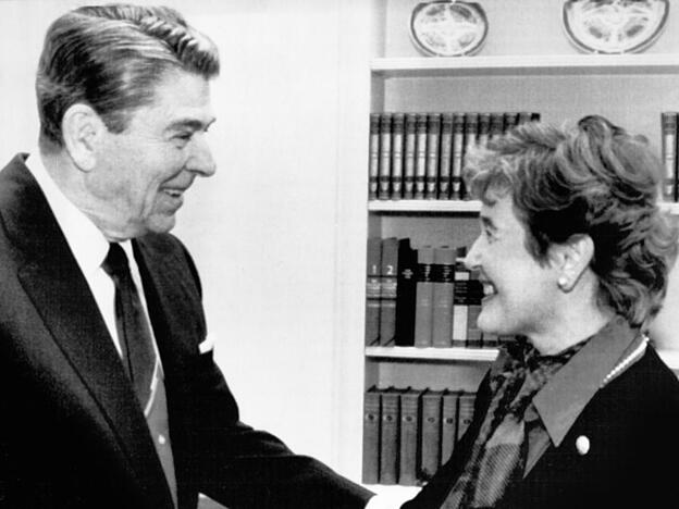"Sie nannte ihn ""warmherzig"", er sie ""charming"": Die erste Schweizer Bundesrätin Elisabeth Kopp am 9. November 1987 mit US-Präsident Ronald Reagan im Oval Office. (Archivbild)"